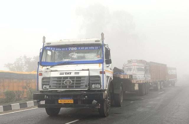 PunjabKesari, 5 vehicles collided due to deep mist on highway, 2 died