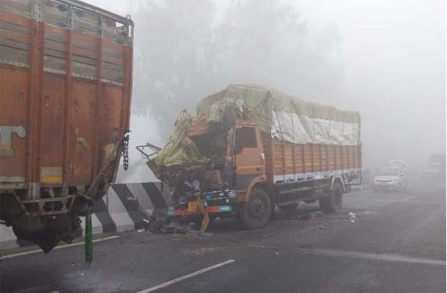 PunjabKesari,5 vehicles collided due to deep mist on highway, 2 died