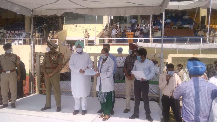 PunjabKesari, Jail Minister Sukhjinder Singh Randhawa unfurls tricolor in Jalandhar
