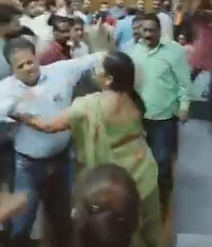 PunjabKesari, Madhya Pradesh News, Bal Bhavan, Rajiv Awas Yojana, housing allocation, disturbances, women, slippers, Congress leader, assault