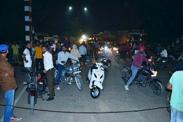 PunjabKesari, Tractor-trolley driver collided with Guru Nanak Pura railway gate