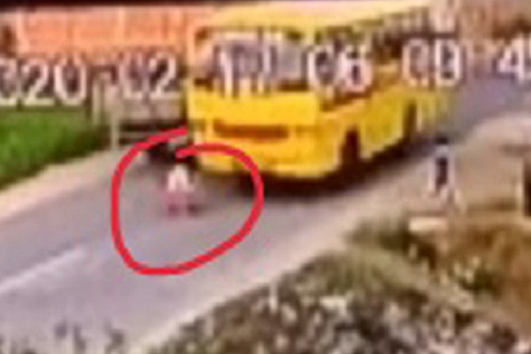 PunjabKesari, child running behind trolley came under school bus, died