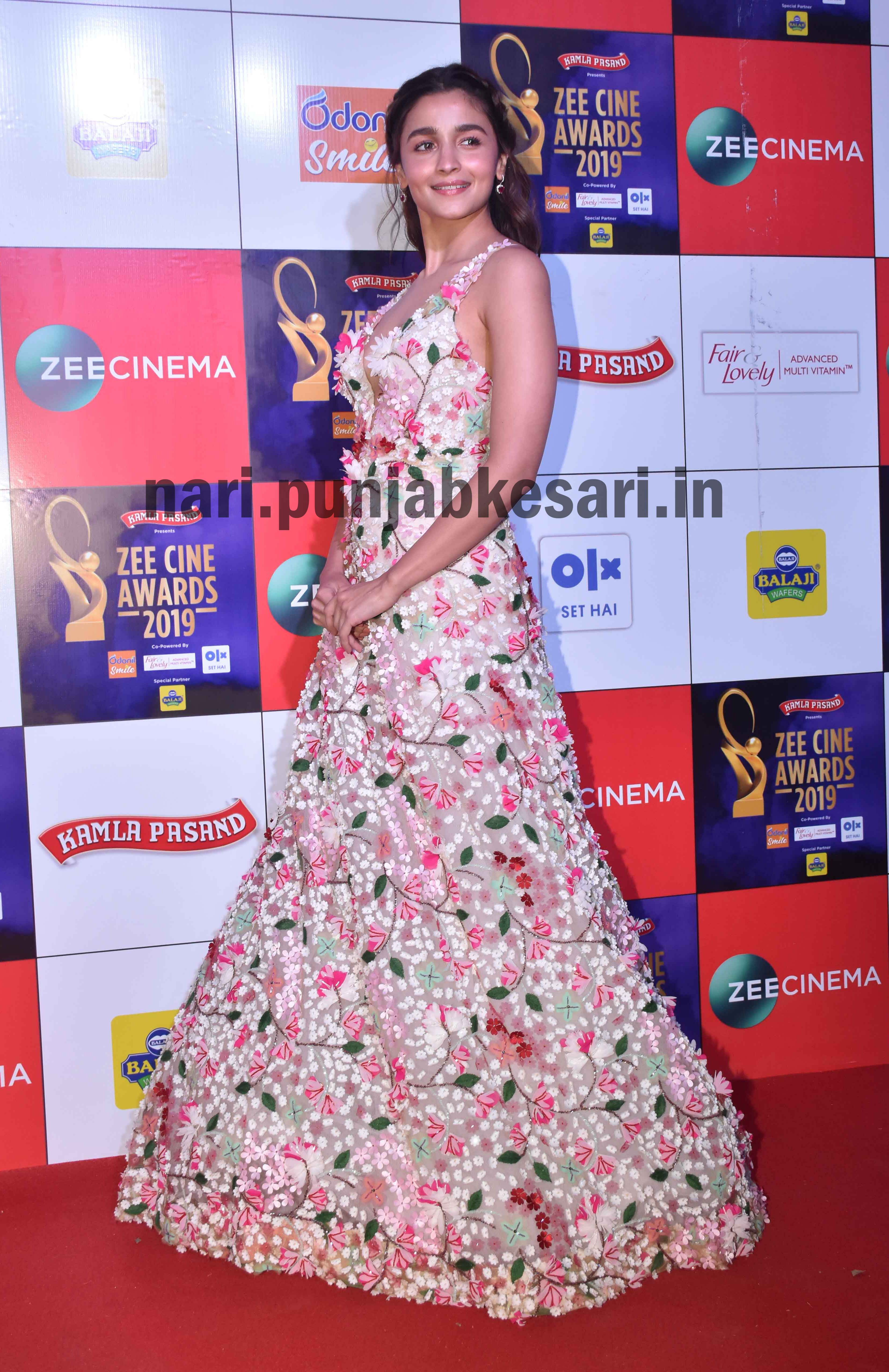 PunjabKesari, Alia bhatt at zee cineama awards
