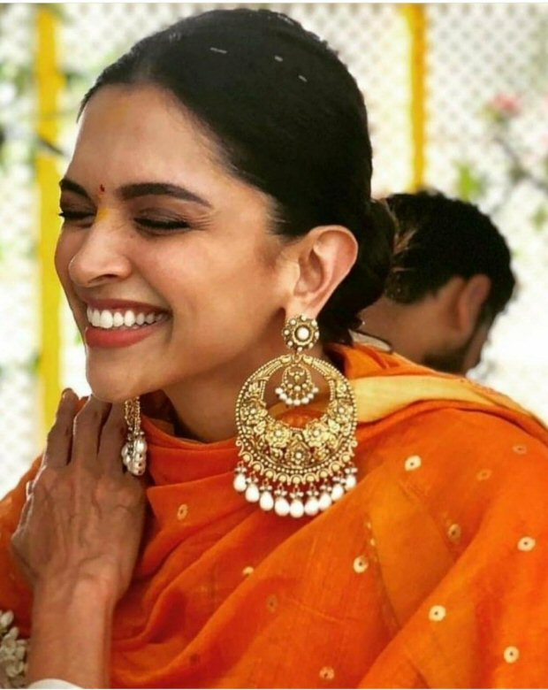 PunjabKesari, ओवरसाइज्ड ईयररिंग्स  इमेज,Deepika Padukone oversized earrings Image, Deepveer Wedding image