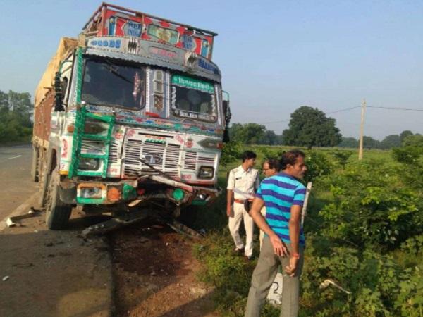 PunjabKesari, Madhya Pradesh News, Rewa News, Shahpur Police Station, Kharkhari Highway, Road Accident, Truck Car Collision, 5 Deaths, Police, Medical College