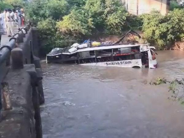 PunjabKesari, Madhya Pradesh News, Raisen, Road Accident, ६ Murray, Collector, Raisen Dargah, District Hospital