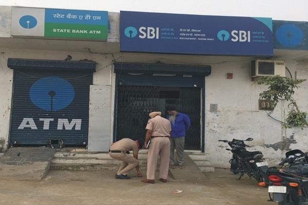 PunjabKesari, ATM in 13 minutes Uprooted, 23.59 lakhs stolen
