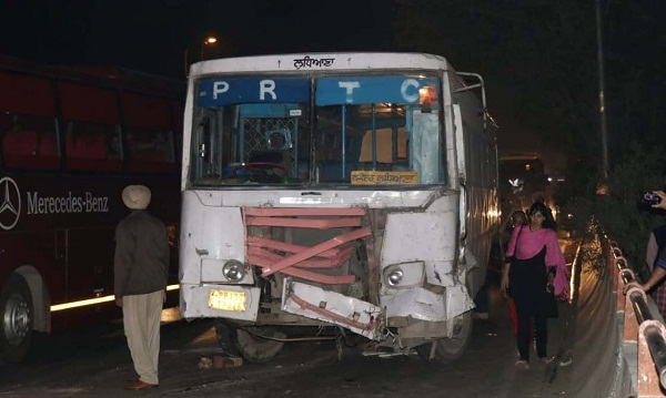 PunjabKesari, bus hits another bus which was taking riders