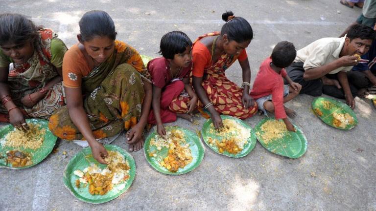 PunjabKesari, भोजन करते गरीब, गरीबों में भोजन बांटना
