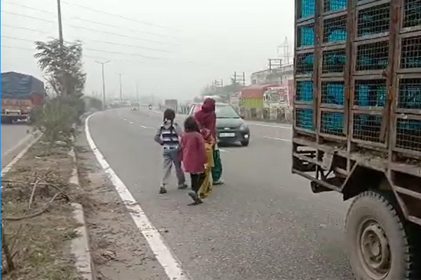 PunjabKesari, Cars crashed in road accident, broken legs of girl