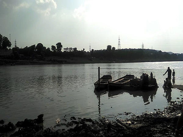 PunjabKesari, Madhya Pradesh News, Jabalpur News, Illegal mining mafia, Collector Bharat Rawat, action, 2 boats seized, Narmada River, sand mining mafia