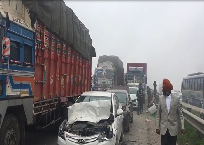 PunjabKesari, accident due to heavy haze, 25 to 30 vehicles collided