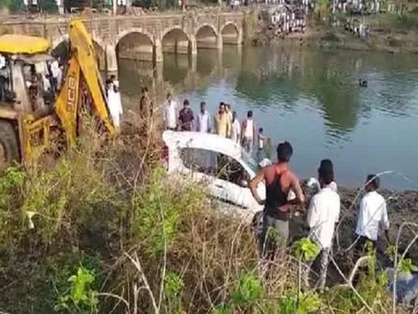 PunjabKesari, Madhya Pradesh News, Agar Malwa News, couple, car accident, car falls in river, without railing culvert, Indore-Kota highway, Chawli river