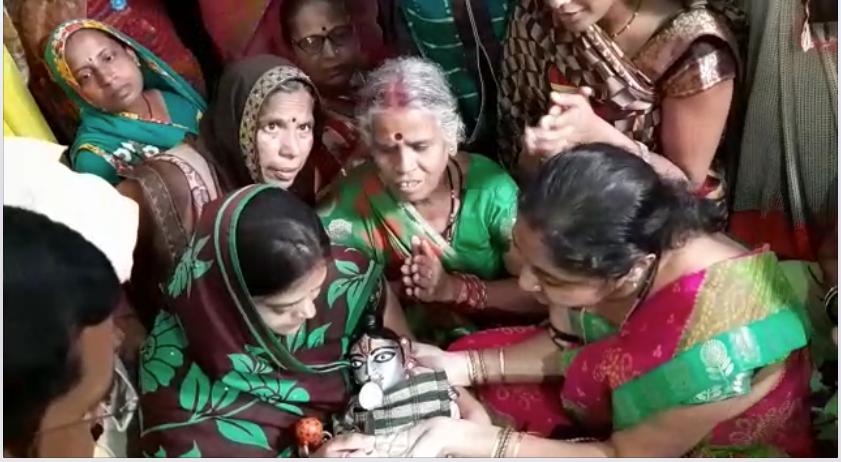 PunjabKesari, Kundli Tv, Bal gopal, Sri Krishan, Bal gopal drinking milk and tea, viral video, Ratlam, Bal Gopal, laddu gopal, रतलाम, lord krishna, india mystery in hindi, Shree Krishna, Krishna Story, madhya pradesh