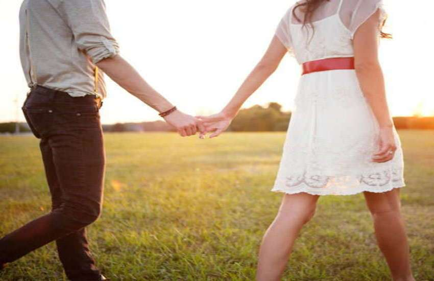 PunjabKesari, Couples Image, पार्टनर का हाथ पकड़ना इमेज, मजबूत रिश्ते के टिप्स इमेज