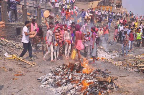 PunjabKesari, Holi, Holi 2019, Holi Celebration in kashi banaras, Manikarnika Ghat Holi