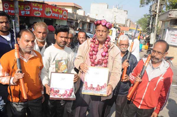 PunjabKesari, People buy onion from jeweler