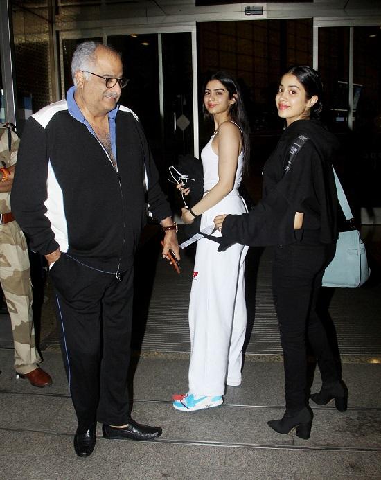 पिता बोनी और बहन खुशी के साथ एयरपोर्ट पर स्पाॅट हुई जाह्नवी