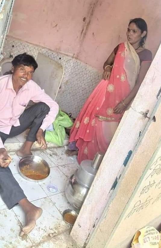 PunjabKesari, Madhya Pradesh, Guna, Ashoknagar, laborers, eating in toilets, quarantine in toilets