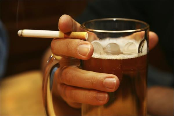 PunjabKesari, Smoking and Drinking Alcohol Image, गले के कैंसर के कारण इमेज