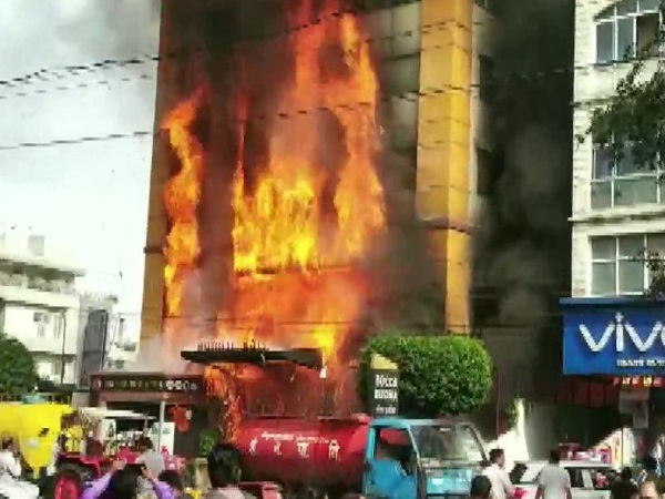 PunjabKesari, Madhya Pradesh News, Indore News, Goldengate Hotel, fierce fire, fire brigade, rescue, people trapped in fire