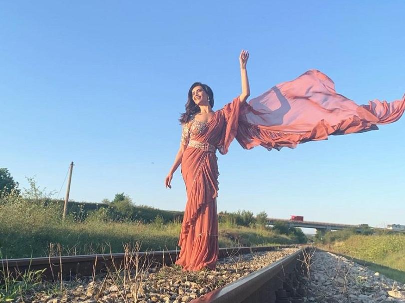 Bollywood Tadka,करिश्मा तन्ना इमेज,करिश्मा तन्ना फोटो,करिश्मा तन्ना पिक्चर,