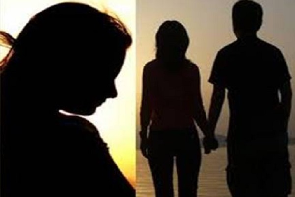 Image result for पत्नी केरहते प्रेमिका के साथ वैलेंटाइन डे मना रहा पति