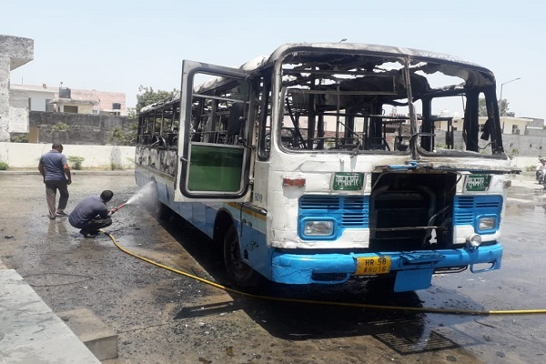 PunjabKesari, Heavy, Fire, Bus, Stand.
