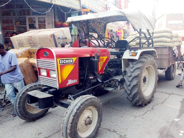 PunjabKesari, Scooter rider injured by tractor-trolley