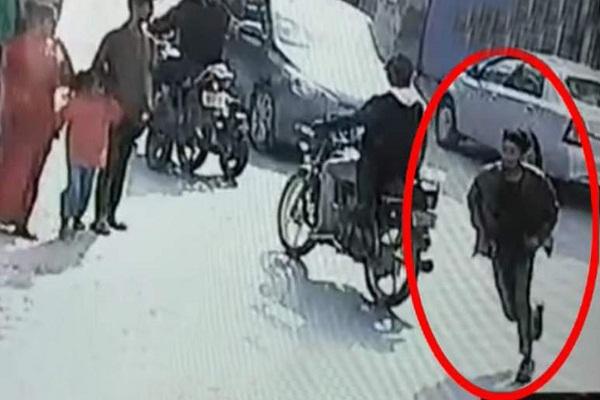 PunjabKesari, Snatcher running away by snatching girl's mobile