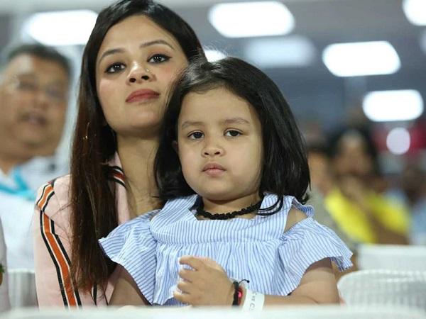 ziva dhoni, dhoni daughter, ms dhoni wife photo, sakshi dhoni photo