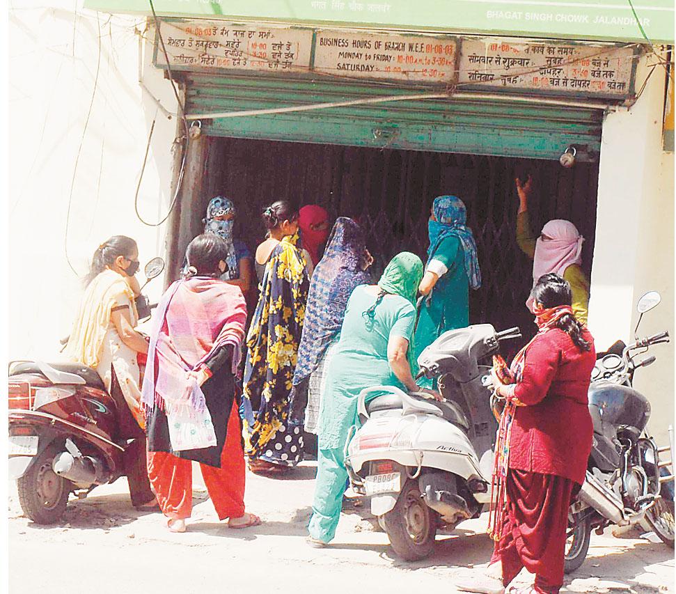 PunjabKesari, crowd of people in banks