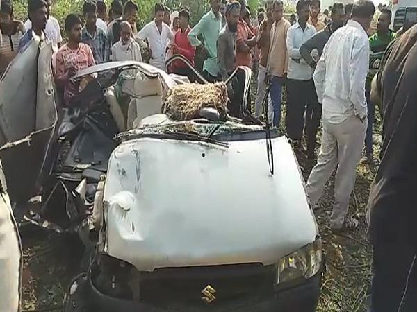 PunjabKesari, Road accident, car container collision, death of car riders, death of 5 people, one child injured, Anjad okri, Kasrawad, wedding ceremony, Barwani, Madhya Pradesh, Punjab Kesari