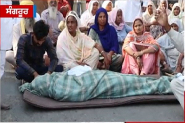 PunjabKesari, The family staged a sit-in on the road