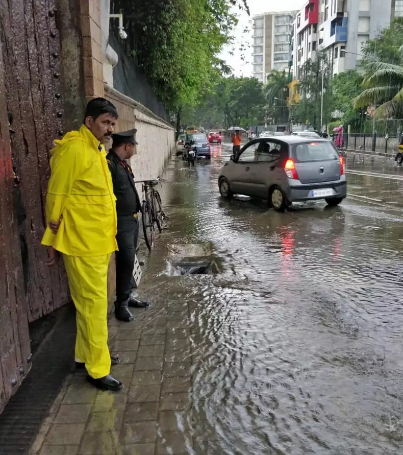Bollywood Tadka, amitabh bachchan bunglow in rain