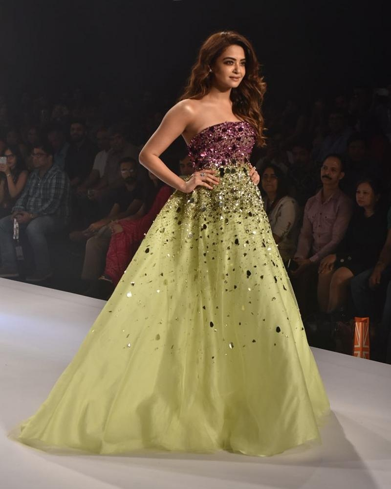 PunjabKesari, Surveen Chawla Image, Surveen Chawla Style