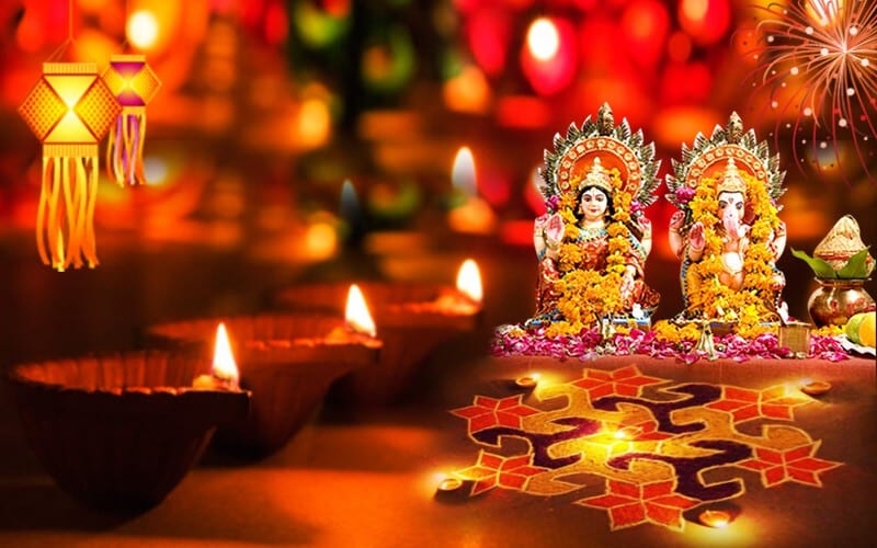 PunjabKesari,Punjab Kesari, Dharam, Applying kajal on diwali, Deepawali, Diwali 2019, दिवाली, Deepawali 2019, Hindu festival, Devi Lakshmi, देवी लक्ष्मी, Worship of Devi lakshmi