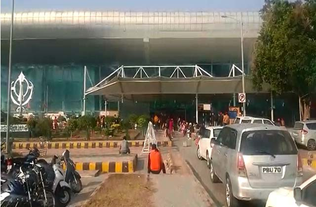 PunjabKesari, Passengers stopped at airport due to fear of strain