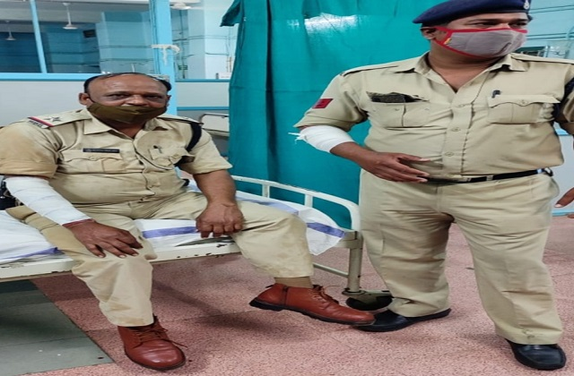 PunjabKesari, Madhya Pradesh, Bhopal, Qazi camp, attack on policeman, Muslim area