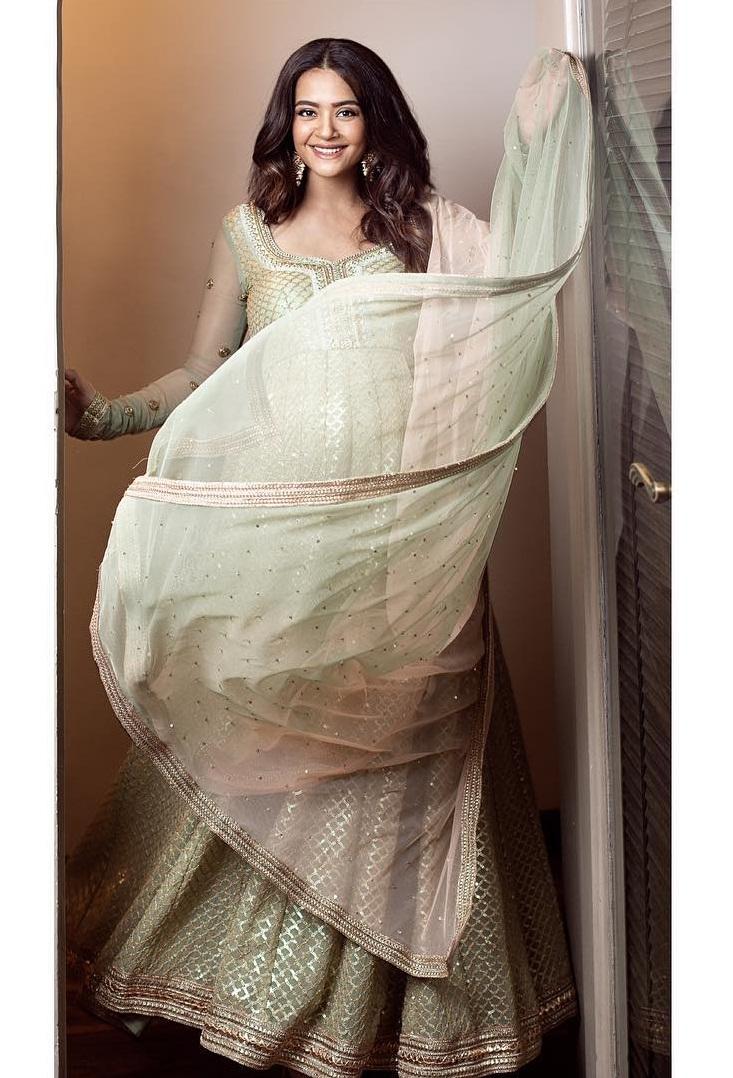 PunjabKesari, Surveen Chawla Image, Surveen Chawla Maternity Style