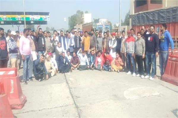 PunjabKesari,congress workers laid siege to chollang toll plaza on second day