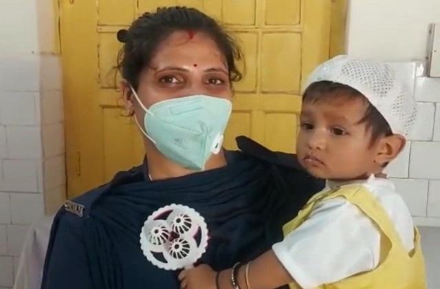 PunjabKesari, Niwadi, Lady Constable, Duty, 8 Months Daughter, Shivani Lakhera, Madhya Pradesh,