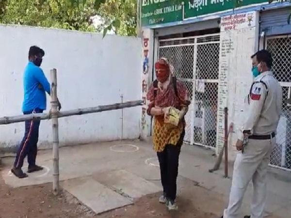 PunjabKesari, Madhya Pradesh News, Chhatarpur, Liquor Store, Women, Women in Liquor Store, Lockdown, Corona Virus