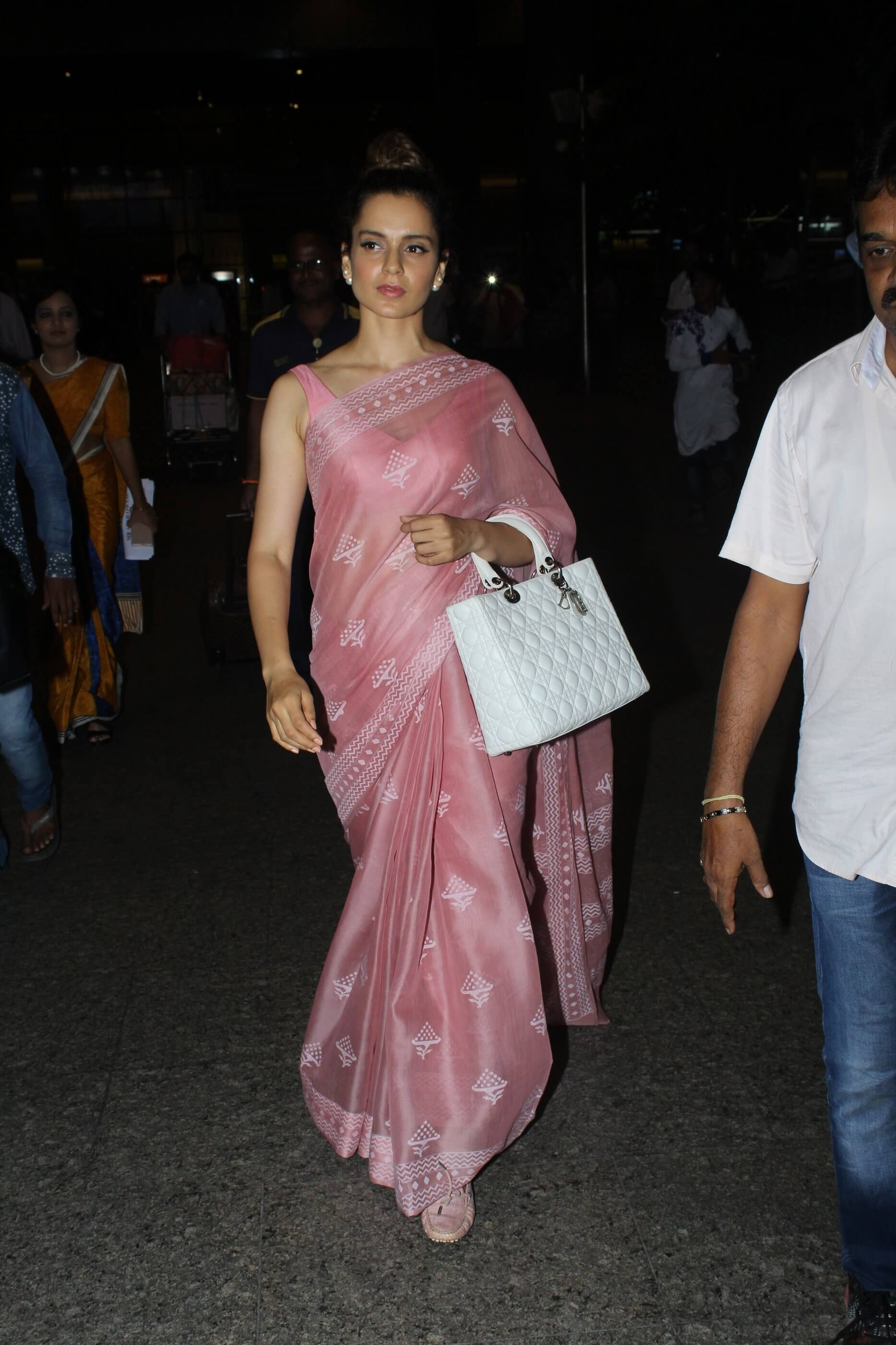 PunjabKesari, Nari, kangana wore saree with loafers image