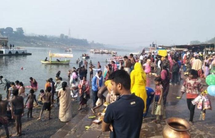 PunjabKesari, Madhya Pardesh Hindi News, Jabalpur Hindi News, Jabalpur Hindi Samachar, Makar Sankranti, Narmada river, Chipra rivar, Jabalpur, Devotees plunge into river