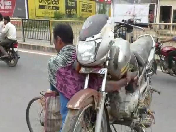 PunjabKesari, Madhya Pradesh, Ajab Madhya Pradesh, MP is Ajab, Bike on bicycle, Damoh