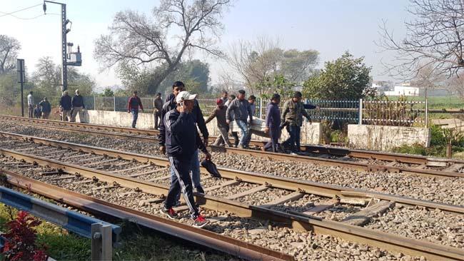 PunjabKesari, Dead body of youth found on railway lines