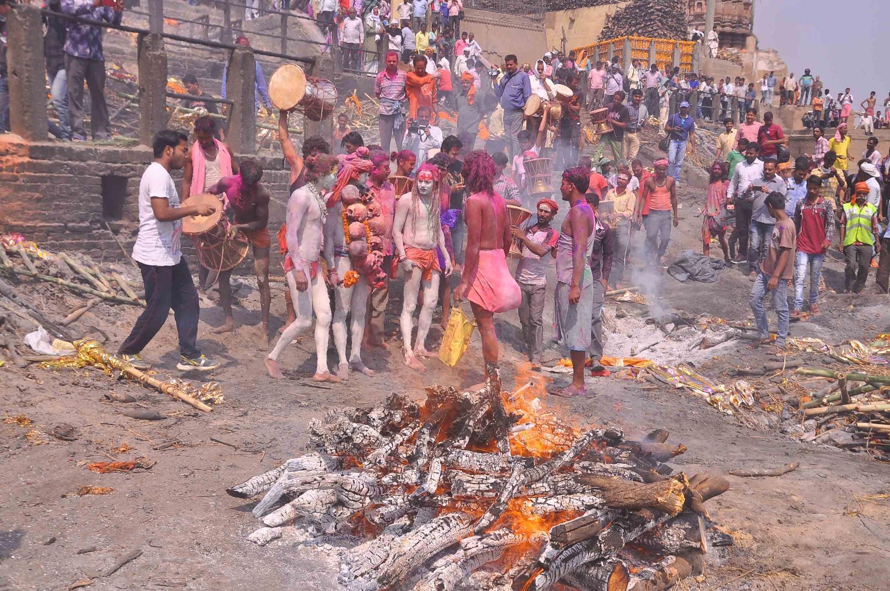 PunjabKesari, Manikarnika ghat, Holi festival in Manikarnik Ghat, using bhasma in holi festival, Holi 2020, holi 2020 in bihar, happy holi 2020, dhulandi 2020, holika dahan 2020, holi dhulandi 2020, dhulandi 2020 date, holi in vrindavan, dharm, hindu festival, holi festival, festival of colors