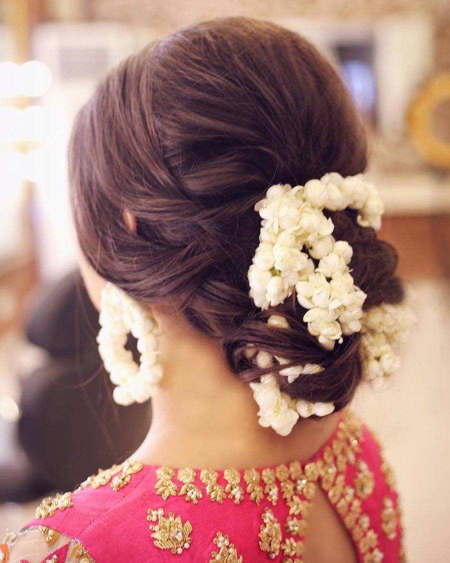 Wedding Season: गजरा लगाकर हेयरस्टाइल को ...