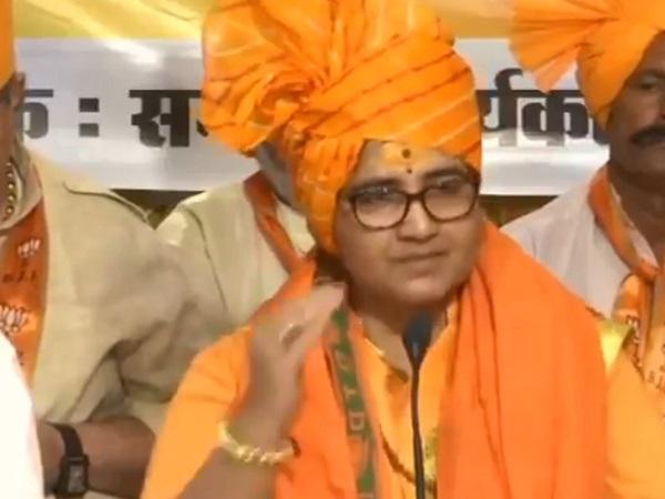 PunjabKesari, Punjab Kesari, Madhya Pradesh News, Latest News, Bhopal, Sadhvi Pragya, BJP, Attack, Digvijay Singh, Shaheed hemant Karkare, Kumar Vishwas